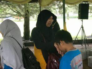 Ibu Nia Karnia menyambut hangat peserta Rihla Fitrah Hanniah 2018