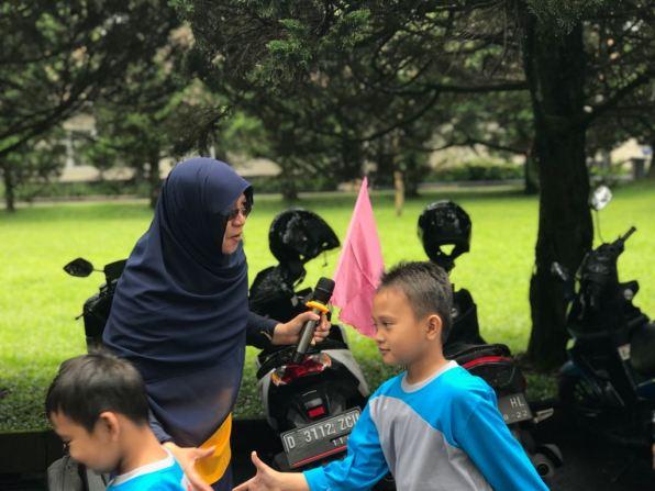 Ibu Chaerunnisa menyambut hangat peserta Rihla Fitrah Hanniah 2018